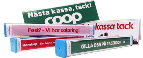 Nästa kassa-skyltar och kundpinnar med butikernas egna budskap